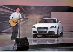 Известный рок-исполнитель Брайан Адамс с гитарой в руках презентовал новинки от Audi.