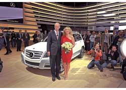 Звезда сериала «Секс и город» Ким Кетролл и президент Daimler AG Дитер Зетше у новенького Mercedes-Benz GLK.