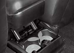 Наклон спинок заднего дивана можно регулировать. К услугам задних пассажиров также открывающиеся подстаканники.