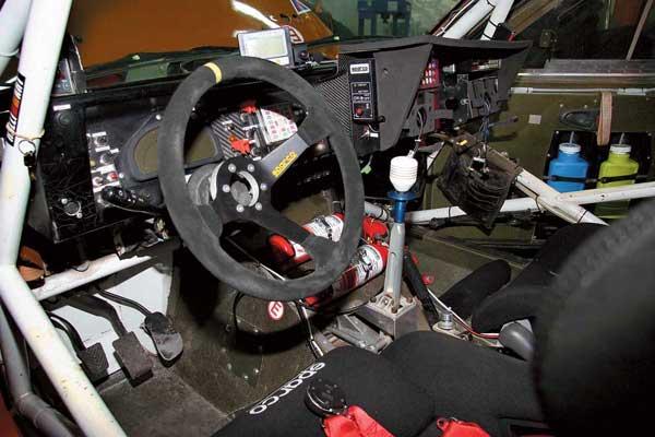 В салоне спортпрототипа от серийного Mitsubishi L200 – лишь шкалы приборов да подрулевые переключатели.