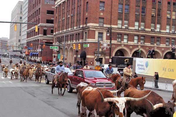 Новое покление пикапов Dodge Ram повилось в окружении ковбоев и быков.