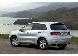 Acura RDX. Все три модели объединяет ниспадающая линия крыши, но BMW и Infiniti на купе похожи больше.