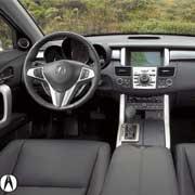 Acura RDX. У всех трех– спортивный трехспицевый руль и большое количество деталей интерьера из полированного алюминия.
