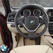 BMW X6. У всех трех– спортивный трехспицевый руль и большое количество деталей интерьера из полированного алюминия.