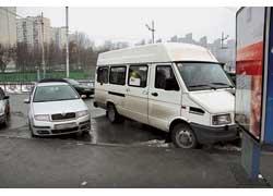 Если парковщика не видно, на платной стоянке машину лучше не оставлять. В соседнем автомобиле могут прятаться парковщики с блокираторами колес.
