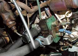 Электро-клапан системы отопления врезан в разрыв шланга подачи тосола от «печки».