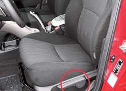 Передние сиденья обеспечивают довольно высокую посадку, и даже регулировка высоты не спасает рослого водителя.