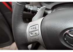 Подрулевые переключатели КП приходится «ловить», а пользоваться кнопками управления аудиосистемой удобно.