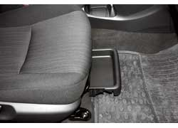 Небольшой лоток выдвигается из-под сиденья переднего пассажира.