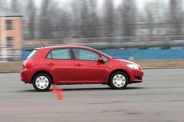На небольших скоростях электрический усилитель создает какое-то искусственное усилие на руле. А вот в напряженных скоростных плавных виражах баранка становится упругой и информативной.