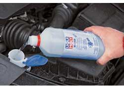 Для эффективной очистки стекланужно использовать не воду, а жидкости для стеклоомывателей.