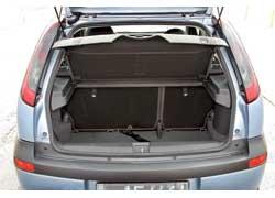 Opel Corsa (C). Багажник в «походном» состоянии на 5 л больше, чем у Clio, а вот с разложенными задними сиденьями – уже на 25 л.