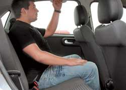 Opel Corsa (C). Важное превосходство Corsa – ощутимо больший запас свободного места для ног на галерке: высокий пассажир сможет усесться «сам за собой», сначала подстроив под себя переднее сиденье! А вот в Clio его колени упрутся в спинки передних кресел.