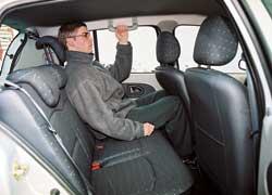Renault Clio. Важное превосходство Corsa – ощутимо больший запас свободного места для ног на галерке: высокий пассажир сможет усесться «сам за собой», сначала подстроив под себя переднее сиденье! А вот в Clio его колени упрутся в спинки передних кресел.