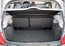 Renault Clio. Багажник в «походном» состоянии на 5 л больше, чем у Clio, а вот с разложенными задними сиденьями – уже на 25 л.