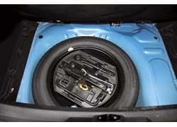 Под полом багажника – полноразмерная запаска и инструмент для замены колеса.