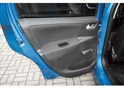 Ручной привод задних стеклоподъемников не соответствует автомобилю такой стоимости.