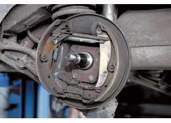 Передняя колодка изнашивается быстрее. Автопроизводитель оговаривает минимальное допустимую толщину накладок.