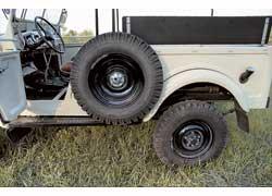 Левая дверь «двухдверки» вдвое уже правой – из-за запаски. У ГАЗ-69А она в багажнике.