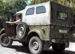 Тент с двумя боковыми окошками применялся в последние годы выпуска ГАЗ-69.