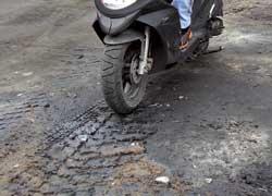Горюче-смазочные материалы на дороге, в отличие от бетона, рельеф поверхности не меняют, а вот коэффициент сцепления – кардинально.