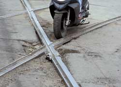Трамвайные или железнодорожные рельсы, выступающие либо утопленные в дорожном полотне – № 1 в хит-параде падений начинающего скутериста