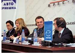 «Именно поэтому сегодня я в Украине, на одном из самых динамично развивающихся рынков,– подчеркнул на пресс-конференции в Киеве Джеймс Мюр, президент Mazda Motor Europe (на фото в центре).– Европейский бизнес Mazda уверенно смещается на восток континента, поэтому Украина так важна для нас.