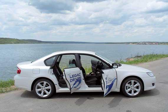 Сегодня Legacy (на фото) и Outback – единственные автомобили в модельном ряду Subaru, на которых двери без рамок.