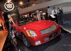 Одним из шоу-стопперов выставки был роскошный красный кабриолет Cadillac XLR-V. Его двигатель V8 мощностью 443 л. с. собирается вручную.