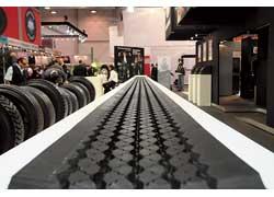 Немало внимания на выставке было уделено технологиям «наварки» изношенных грузовых шин.