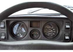 Тахометром «пятерочный» щиток не оснащен, но контролировать обороты легко и без него – двигатель прослушивается в салоне.