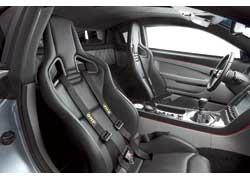 Гоночные «ковши» Recaro оснащены четырехточечными ремнями безопасности фирмы OMP.