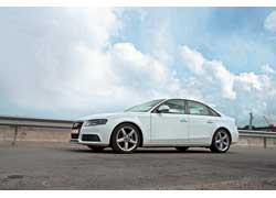 Вопреки расхожей практике, седан Audi А4 появился позже купе Audi А5. Четырехдверный кузов выглядит строже за счет более ровных поверхностей и прямых, а не волнистых выштамповок.