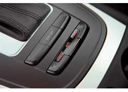 Кнопками выбирается один из трех запрограммированных режимов системы Audi drive select.