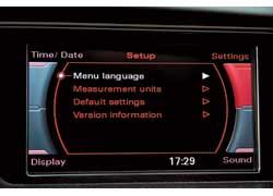 Большой монитор по центру торпедо показывает поле настроек MMI. Пора обучить Audi русскому языку.