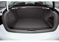 Багажник новой Audi А4 вырос на 20 литров – до 480 л. Складывающиеся сиденья (опция стоимостью 400 евро) позволяют увеличить отсек до 962 литров.