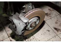 Тормозная система в норме. Пыльники рулевых наконечников и ШРУСов не повреждены.