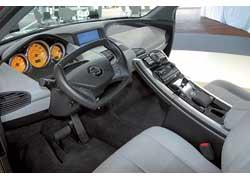 Откидывающаяся центральная консоль позволяет перемещаться между передними сиденьями.