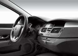Интерьер нового купе Laguna не отличается особой оригинальностью и повторяет интерьер хэтчбека.