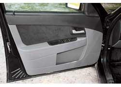 На дверных подлокотниках – управление стеклоподъемниками, приводом зеркал и центральным замком.