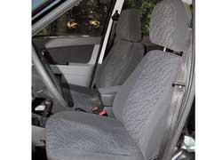 Передние сиденья практически полностью лишены боковой поддержки.