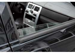 Боковые стекла как спереди , так и сзади полностью в двери не прячутся.