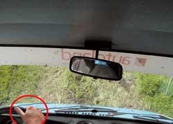 Если машина без усилителя руля, полностью охватывать его нельзя, так как на неровностях руль может травмировать руку. Большой палец должен скользить вдоль окружности баранки.