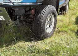 Отличительная черта внедорожных шин – крупные грунтозацепы, в том числе на боковине, и широкие канавки.