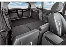 Сложенный задний ряд сидений увеличивает объем багажника до 1405 л, но при этом не позволяет отодвинуть назад передние кресла.