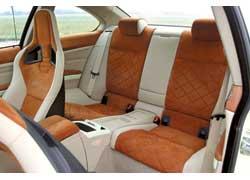 Тонкие спинки спортивных передних кресел облегчают доступ к двум индивидуальным задним сиденьям.