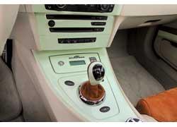 Рычаг семиступенчатой роботизированной КП SMG украшен хромированным кольцом, кожаным кожухом и лакированной пластиковой накладкой в цвет кузова.