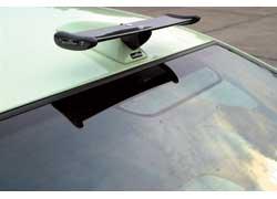 Компактное карбоновое антикрыло, установленное на крыше машины, напоминает уменьшенную аналогичную деталь формульных болидов.