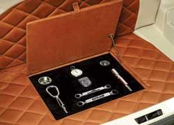 Уменьшение объема багажника (за счет 80-литрового газового баллона) компенсировали роскошной отделкой. В специальном бархатном отсеке по центру поместили набор эксклюзивных инструментов, словно дорогое столовое серебро.