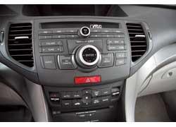 Информация с аудиосистемы и климат-контроля выводится на узкий монохромный экран. На нижнем «этаже» торпедо настраиваем температуру в салоне и заряжаем CD-чейнджер.